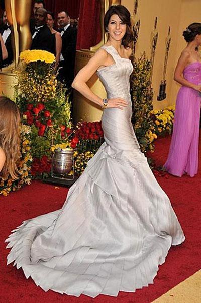 Номинантка на «Оскар» за роль второго плана в фильме «Рестлер» Мариса Томей в платье Atelier Versace, украшениях от Van Cleef and Arpels.
